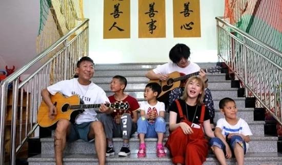 陈羽凡现身孤儿院 与孩子们玩闹共度儿童节!