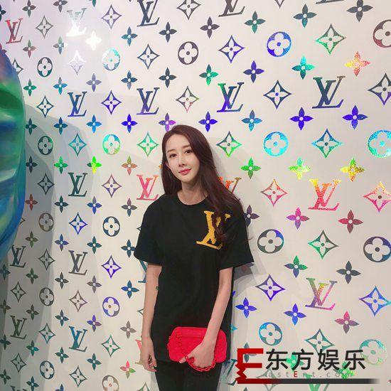 文梦洋受邀出席时尚活动 造型满分色彩暴击视觉