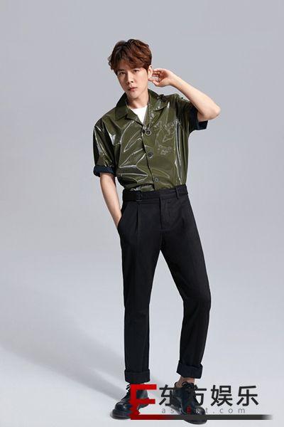 徐海乔夏日大片曝光 绿皮短袖演绎质感型男