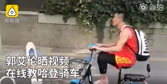 郭艾伦教哈登骑车 网友调侃:没戴头盔小心被抓