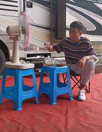 """文章罕见分享近况 吃外卖喝小酒与电风扇""""碰杯""""!"""