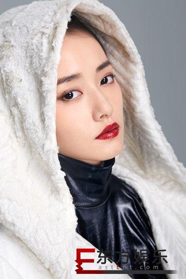 柴碧云发布黑白双色写真 驾驭独特耳饰气场十足
