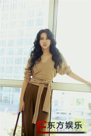 弦子晒私服穿搭:舒适最重要 浅棕色绑带针织上衣尽显知性