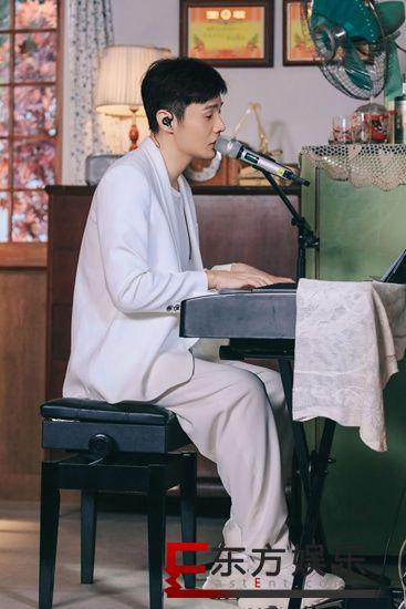 """《中国好声音》首播导师接力演唱经典 李荣浩偶遇""""同胞弟弟""""?"""