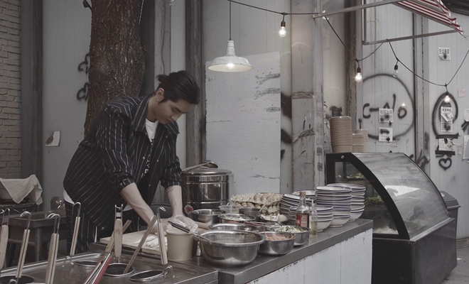 """吴亦凡《大碗宽面》MV走心上线 在百态人生中品味""""人生一面"""""""