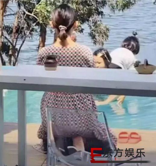 蔡少芬挺孕肚拍照 带女儿游玩状态轻松!