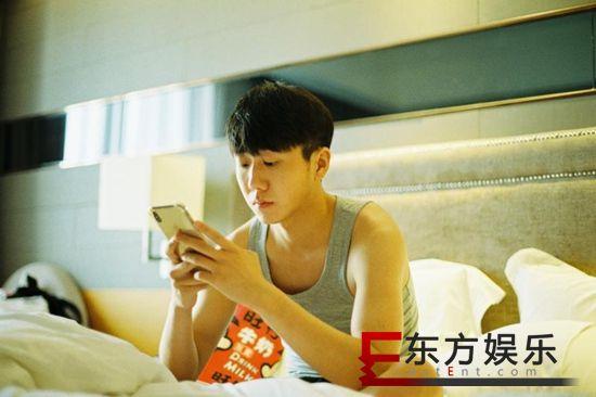 """姜冠南慵懒胶片风写真曝光 真实演绎直男式""""懒宅""""时光"""