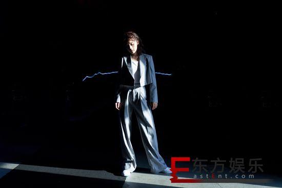 张佳宁西服套装英气干练 隐匿光影展现甜酷魅力