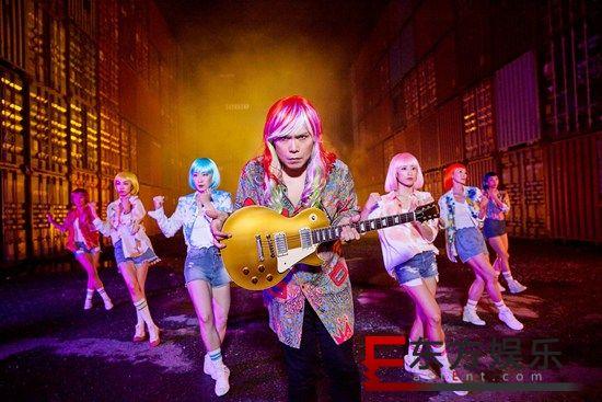 """伍佰创作中最魔幻的歌曲《原本当初》 MV 伍佰再度自创新舞步""""当初舞"""""""