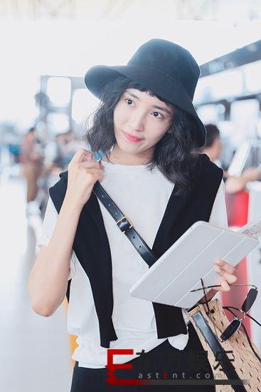 王紫璇运动风造型现身机场 健康清新展现肌肉线条