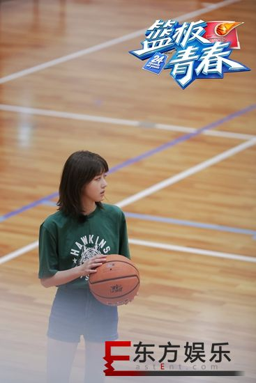 李凯馨《篮板青春》篮球首秀  咆哮式投篮引发全场欢呼