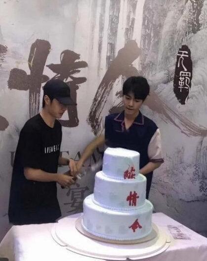 陈情令庆功宴举办 肖战王一博同框切蛋糕庆祝