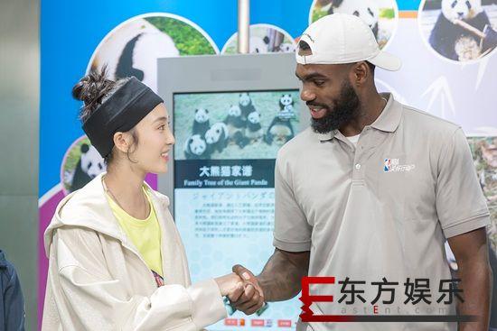 """王紫璇""""跨界""""助力公益 现身成都探访大熊猫基地"""