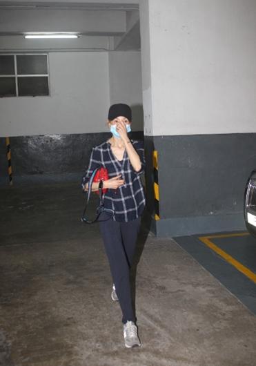 张曼玉疑准备专辑 打扮低调前往录音室