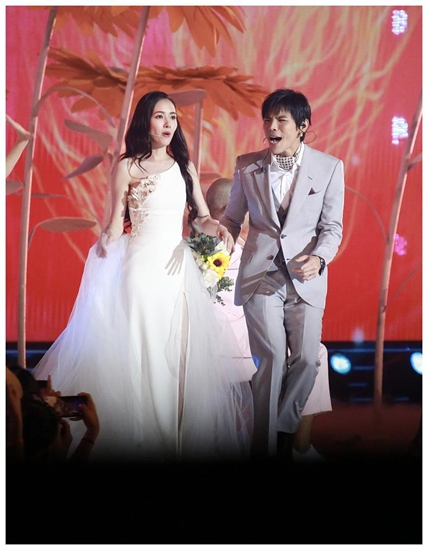 郭碧婷穿白纱裙亮相 与向佐同框场面甜蜜浪漫