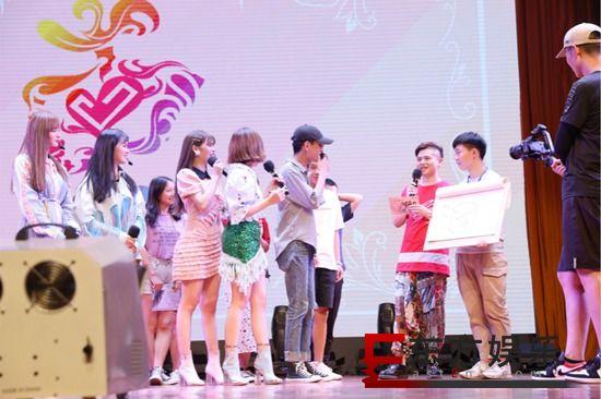 东方少女组合郑州校园巡演秒变签名会  人气火爆实力圈粉
