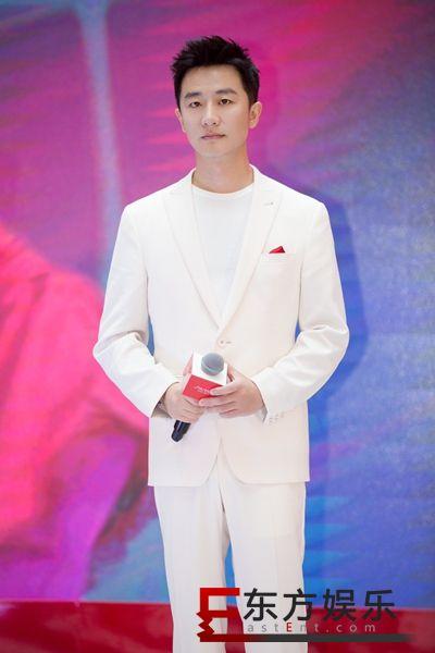 黄轩出席品牌活动 全白造型不乏时尚小心机