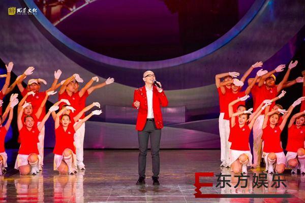 平安亮相天津残奥会闭幕式 穿红西装献唱《我和我的祖国》