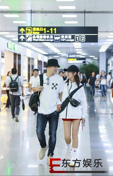 严屹宽杜若溪甜蜜现身机场 情侣装吸睛甜蜜如热恋情侣