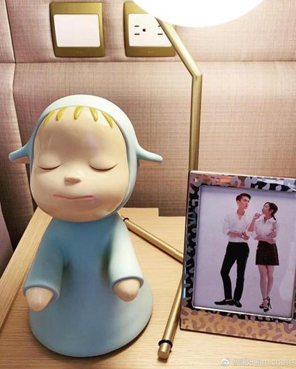 陈妍希晒生日礼物 床头亲密照抢镜