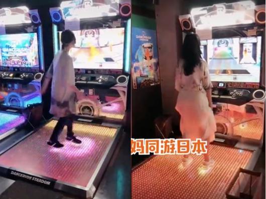 郑爽与妈妈同游日本 一同玩跳舞机享受美食