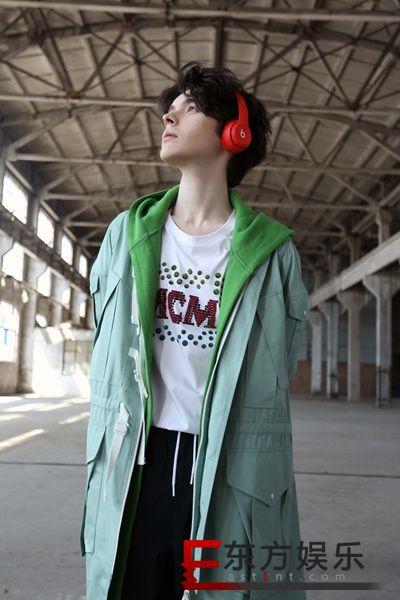 Kristian Kostov联合陈梓童合作单曲《Live It Up》MV今日上线