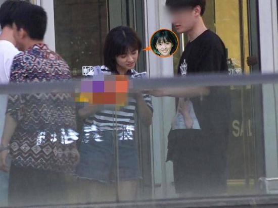沈月方否认恋情 与黑衣男子逛街聚餐神情暧昧