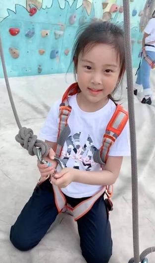 李小璐携女儿攀岩 甜馨淡定吊威亚非常勇敢