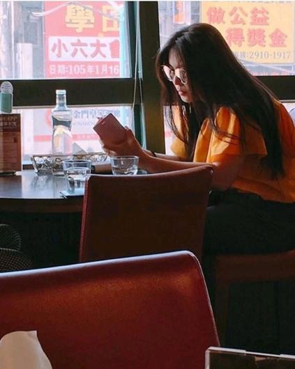 王祖贤独自就餐被拍 长发披肩魅力依旧