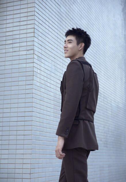 陈飞宇背包口袋复古套装亮相 眉眼清澈俊朗十分优雅