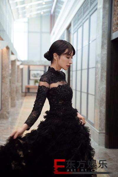 曲尼次仁亮相丝绸之路电影节闭幕式 一袭白裙尽显优雅