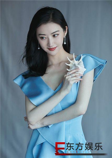 景甜淡蓝色长裙现身广州 清新优雅状态不错