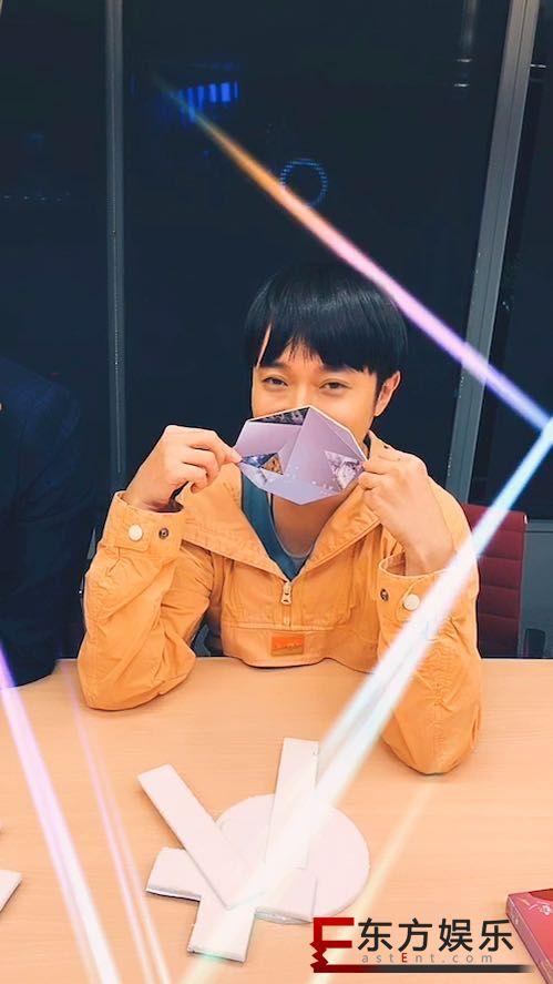吴青峰《线的记忆》MV上线  无预警与歌曲作者家凯同框直播