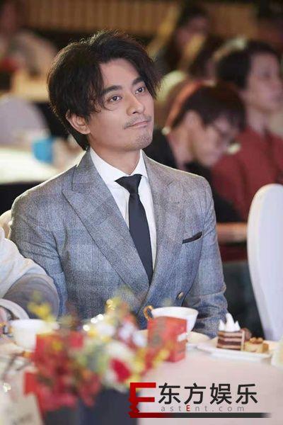 陈龙受邀出席银星光影沙龙 灰色西装尽显内敛绅士气质