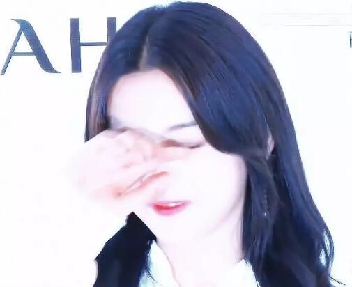 杨超越被闪光灯闪到捂眼睛 韩网友吹爆其颜值