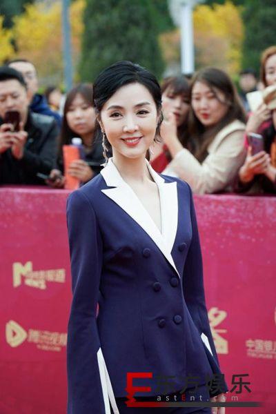 姜宏波受邀出席银川电影节  简约西装帅气亮相