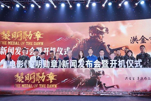 乔振宇出席电影《黎明勋章》开机仪式  寸头军装尽显男人本色