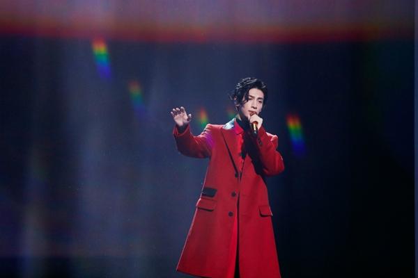 罗云熙助阵双十一狂欢夜    一袭红衣惊艳献唱《大鱼》