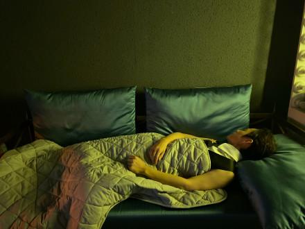 何炅年纪大觉少的评论请删除 何炅睡三个小时就够了引热议