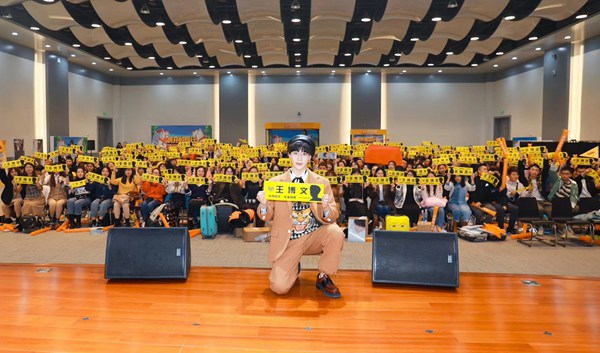 """王博文新专辑《星》西安校园签唱 学生齐喊""""大超学长"""""""