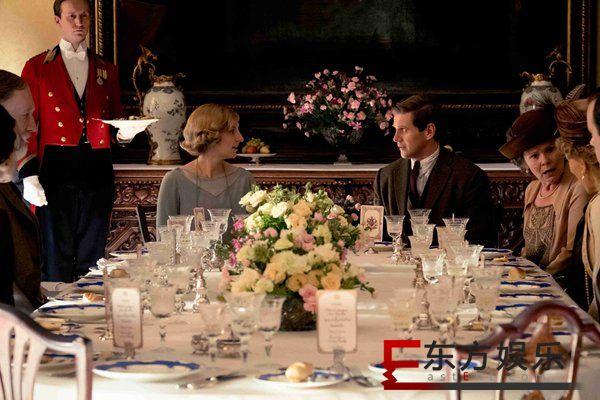 准备好了没!《唐顿庄园》在线教学带你步入华丽皇室晚宴