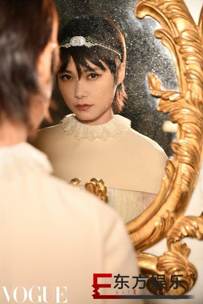 李宇春出任英国时装大奖大使 水晶发带亮相红毯
