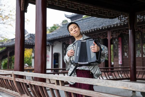 戴荃全新专辑首发曲《青山白云》上线  玩转中外乐器清新演绎俏皮古韵