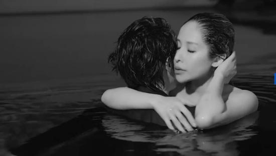 萧亚轩与男友拍MV超甜蜜 网友求出恋爱教科书!