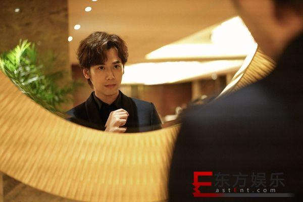 演员蔡珩亮相搜狐盛典   身姿挺拔尽显时尚风范