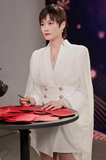 李宇春录跨年盛典 白色纱裙气质清冷!