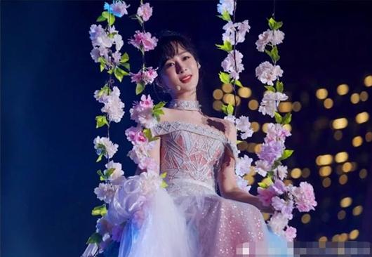 跨年晚会杨紫假唱 受访话筒没声音遭质疑!
