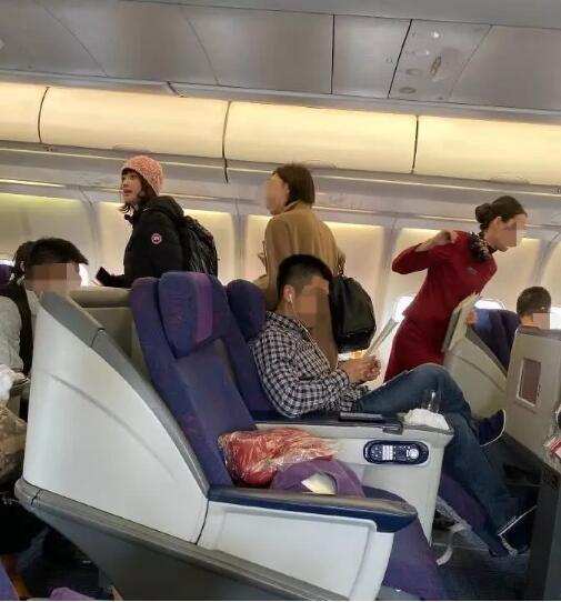 梅婷脚踩飞机显示屏被喷 检讨自己坐没坐相非常不应该!