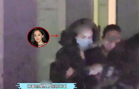 杨幂深夜赴美容院 脸上医用贴布疑似整容!