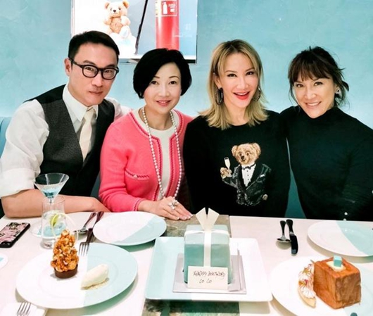 李玟与好友聚会庆45岁生日 新发型时尚减龄!